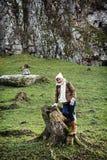 Junger weiblicher Tourist, der mit dem Baumstummel aufwirft Stockfotos