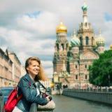 Junger weiblicher Tourist nahe der Kirche des Retters auf Spilled Blut Stockbild
