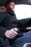 Junger weiblicher Treiber, der Handbremse verwendet Stockbilder