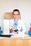 Junger weiblicher Unternehmensmanager zugesprochen Stockbilder