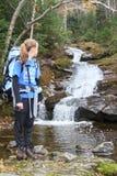 Junger weiblicher Wanderer und Flusskaskade Stockbild