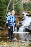 Junger weiblicher Wanderer und Flusskaskade Lizenzfreie Stockfotografie