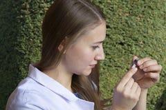 Junger weiblicher Wissenschaftlerbiologe auf Betriebshintergrund stockbilder
