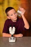 Junger Wissenschaftler stockbild
