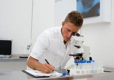 Junger Wissenschaftler, der Daten montiert stockfotos
