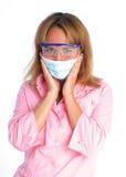 Junger Zahnarzt in einer Schablone und in schützenden Gläsern Stockbild