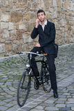 Junger zufälliger Geschäftsmann, der am Telefon spricht lizenzfreies stockbild