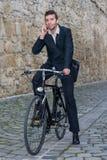 Junger zufälliger Geschäftsmann, der am Telefon spricht stockbilder