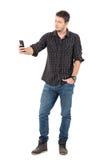 Junger zufälliger gutaussehender Mann, der niedriger Winkel selfie mit intelligentem Telefon nimmt stockfotos