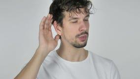 Junger zufälliger hörender Mann geheimer, weißer Hintergrund stock footage