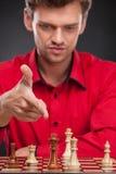 Junger zufälliger Mann, der über Schach sitzt Lizenzfreie Stockbilder