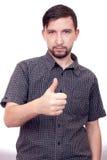 Junger zufälliger Mann, der den Daumen herauf Geste zeigt Stockfoto