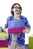 Junger zufälliger Mann, der Geschenke hält stockbilder