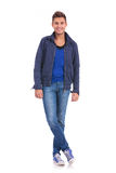 Junger zufälliger Mann in einer kalten Jahreszeitjacke Lizenzfreies Stockfoto