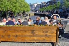 Junges älteres Leutecaféterrassen-Kanalwasser, Leeuwarden, die Niederlande Stockfotografie