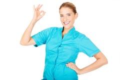 Junges Ärztin- oder Krankenschwestergestikulieren des Lächelns perfekt Stockfotografie