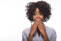 Junges überraschtes Gesichtsporträt der schwarzen Frau Lizenzfreie Stockbilder