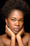 Junges Afroamerikaner-Mädchen mit bloßen Schultern Lizenzfreies Stockbild