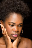 Junges Afroamerikaner-Mädchen mit bloßen Schultern Stockbild