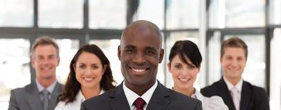 Junges Afroamerikaner-Mann-Geschäft, das ein Team führt stockbild