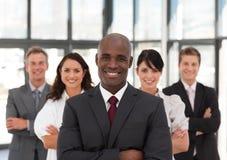 Junges Afroamerikaner-Mann-Geschäft, das ein Team führt Stockbilder