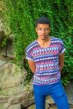 Junges Afroamerikaner-Mannreisen, entspannend am Central Park, stockbild