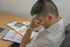 Junges Angestelltgefühl müde und frustriert nach dem Ablesen vieler Verkaufsberichte lizenzfreie stockbilder