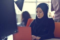 Junges arabisches Geschäftsfrau tragendes hijab, arbeitend in ihrem Startbüro Verschiedenartigkeit, gemischtrassiges Konzept lizenzfreies stockfoto