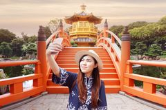 Junges Asiatin toursit ist selfie vor Hong Kongs Markstein lizenzfreies stockbild