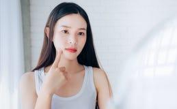 Junges Asiatinpressungsakne-Problemgesicht stockbilder