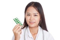 Junges asiatisches Ärztinlächeln mit Blisterpackung Tabletten Lizenzfreie Stockfotografie