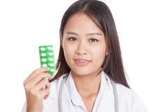 Junges asiatisches Ärztinlächeln mit Blisterpackung Tabletten Lizenzfreies Stockfoto