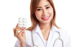 Junges asiatisches Ärztinlächeln mit Blisterpackung Tabletten Lizenzfreies Stockbild