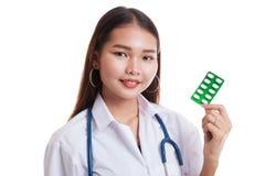 Junges asiatisches Ärztinlächeln mit Blisterpackung Tabletten Lizenzfreie Stockfotos