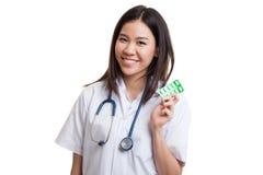 Junges asiatisches Ärztinlächeln mit Blisterpackung Tabletten Stockfoto