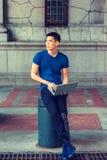 Junges asiatisches amerikanisches Mannstudieren, arbeitend in New York stockbilder