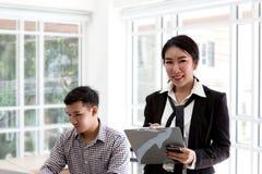 Junges asiatisches Geschäft Glücklicher Geschäftsmann mit einem Laptop in einem Desktop im Büro stockfotos