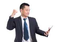 Junges asiatisches Geschäftsmannfeiern erfolgreich Geschäftsmann glücklich und Lächeln mit den Armen oben bei der Stellung lizenzfreie stockfotografie