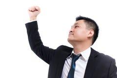 Junges asiatisches Geschäftsmannfeiern erfolgreich Geschäftsmann glücklich und Lächeln mit den Armen oben bei der Stellung stockfotografie