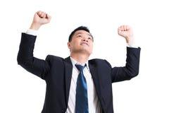Junges asiatisches Geschäftsmannfeiern erfolgreich Geschäftsmann glücklich und Lächeln mit den Armen oben bei der Stellung auf we lizenzfreie stockbilder