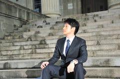 Junges asiatisches Leitprogramm, das 11 wartet Stockfotos