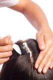 Junges asiatisches Mädchen, das Haar mit dem Finger getrennt auf weißem Hintergrund kämmt stockfoto