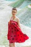 Junges asiatisches Mädchen, das in nationale Kleidung geht Lizenzfreies Stockfoto