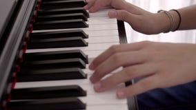 Junges asiatisches Mädchen, welches das Klavier in ihrem Raum übt stock video footage