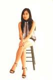 Junges asiatisches Mädchensitzen. lizenzfreie stockbilder