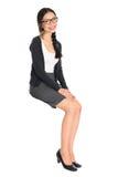 Junges asiatisches Mädchensitzen Fullbody lizenzfreies stockfoto