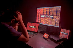 Junges asiatisches männliches frustriertes durch WannaCry-ransomware Angriff stockbild