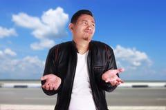 Junges asiatisches Mann-Achselzucken-Don-` t kennen Geste Stockfotos