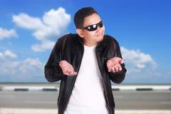 Junges asiatisches Mann-Achselzucken-Don-` t kennen Geste Stockbild