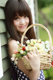 Junges asiatisches Mädchen mit Blumen Stockbild
